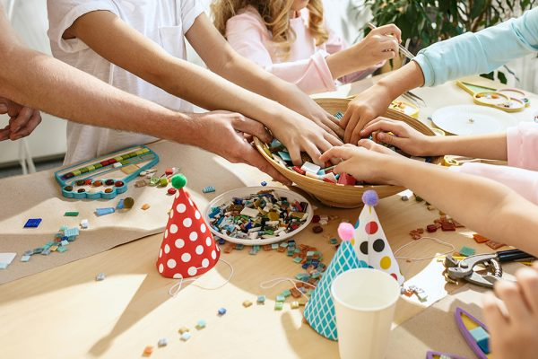 https://www.insiemesipuo.eu/wp-content/uploads/2020/11/mosaic-puzzle-art-kids-children-s-creative-game-hands-are-playing-mosaic-table-colorful-multi-colored-details-close-up-600x400.jpg