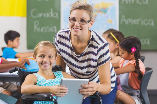 https://www.insiemesipuo.eu/wp-content/uploads/2020/11/schoolgirl-and-teacher-using-digital-tablet-in-classroom-600x400.jpg